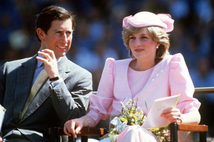 Księżna Diana w różowym kostiumie z kapeluszem i książę Karol w garniturze