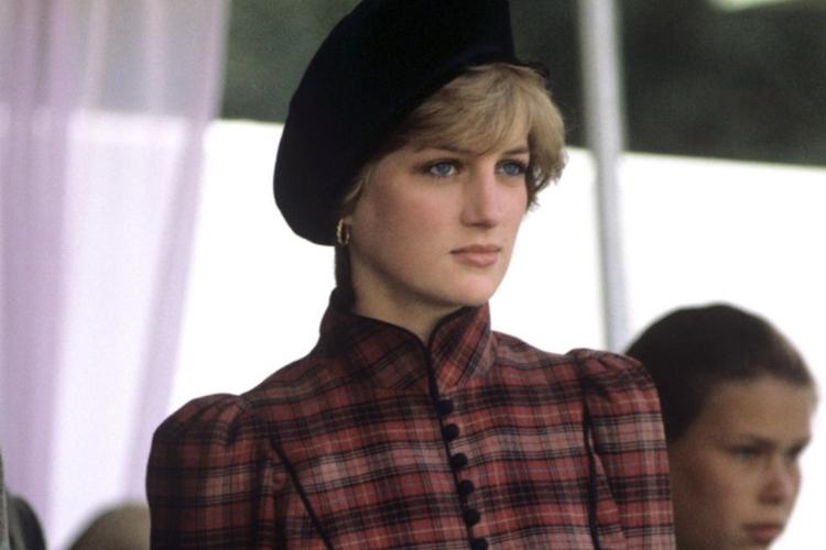 Księżna Diana w kraciastej sukience i czarnym berecie