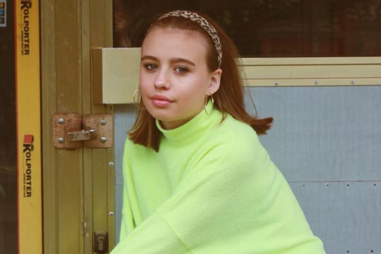 Oliwia Bieniuk w neonowym swetrze i z opaską w panterkę