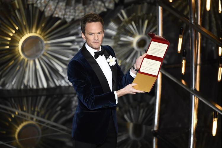 Neil Patrick Harris na scenie w garniturze podczas gali rozdania nagród Oscary 2015