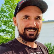Patryk Vega w czarnej koszulce i czapce z daszkiem