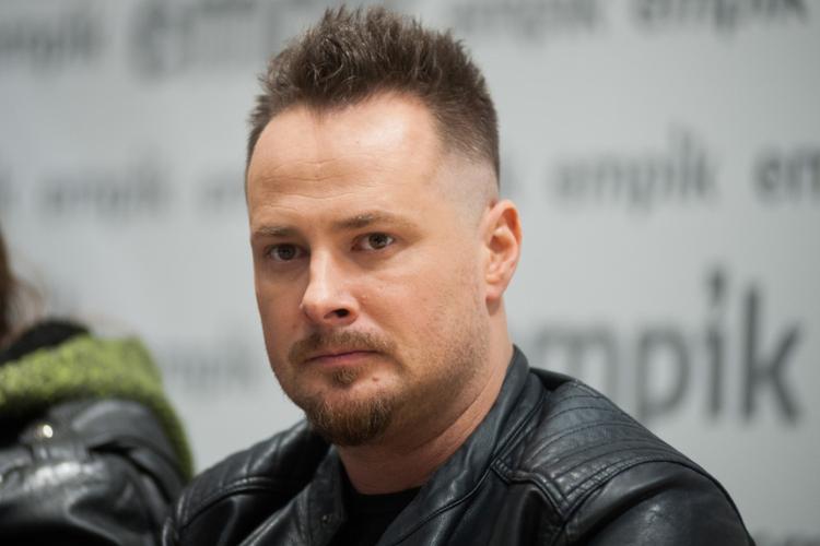 Paweł Małaszyński z skórzanej kurtce