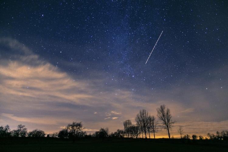 Spadające gwiazdy na niebie