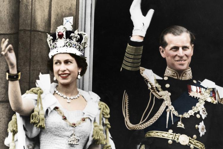 Królowa Elżbieta i książę Filip machają na balkonie w dniu koronacji w 1953 roku