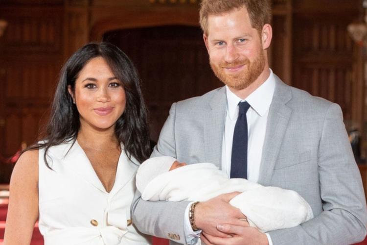 Księżna Meghan i książę Harry pokazują swojego syna Archiego po raz pierwszy