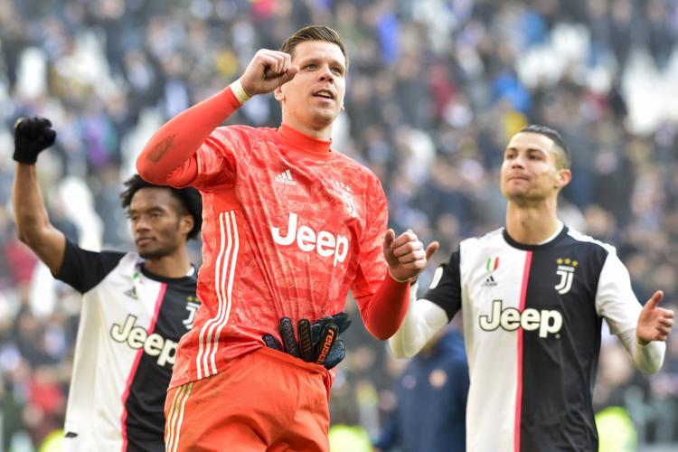 Wojciech Szczęsny i Cristiano Ronaldo na boisku podczas meczu włoskiego zespołu Juventus