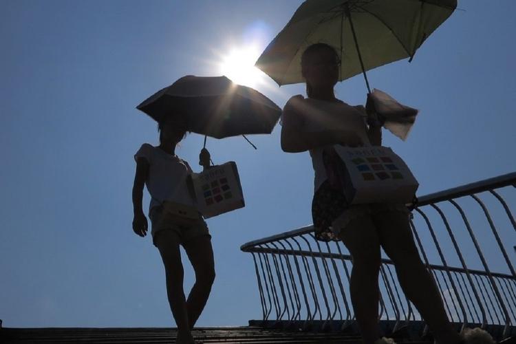 Kobiety z parasolkami