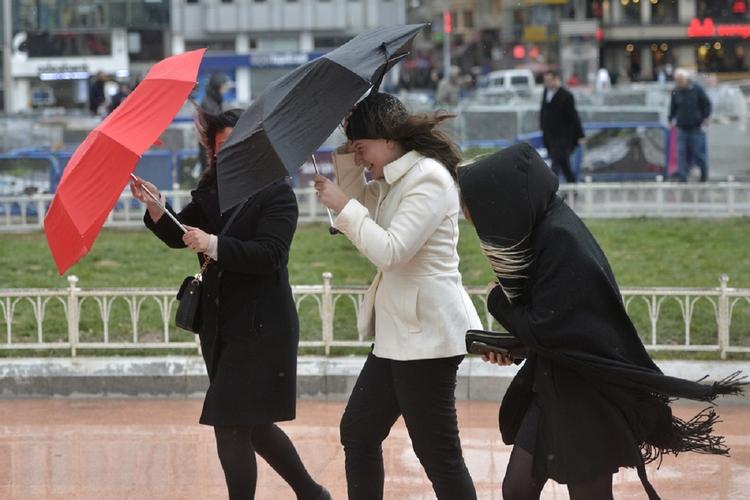 Kobiety idące ulicą