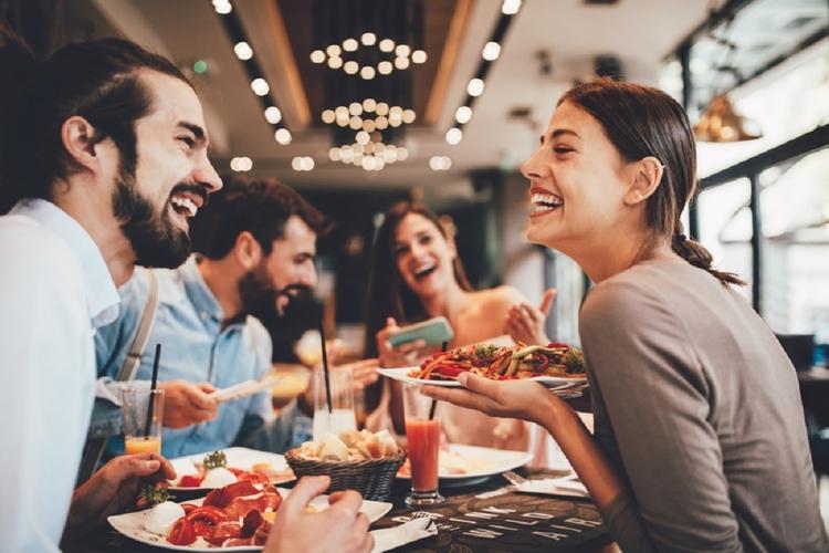 Przyjaciele w restauracji