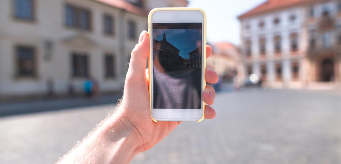 ręka trzymająca telefon