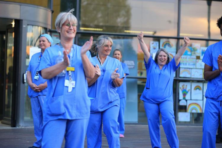Lekarze i pielęgniarki biją brawo przed szpitalem w Anglii