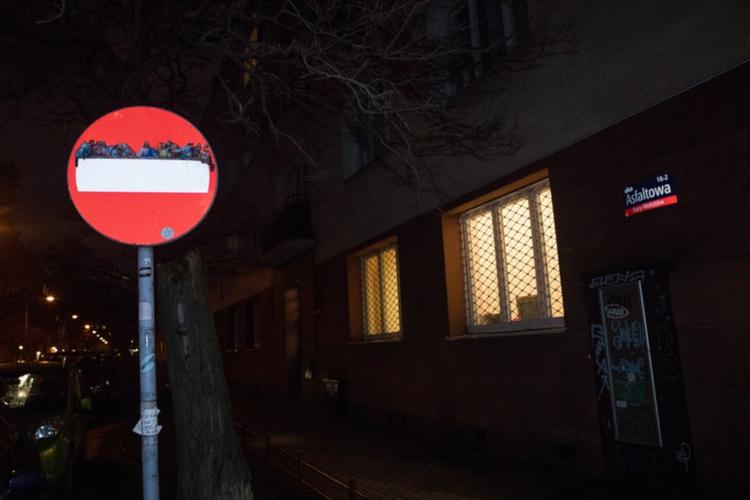 """Obraz """"Ostatnia wieczerza"""" na znaku drogowym w Warszawie"""