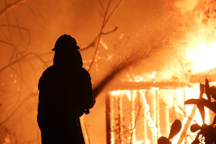 Strażak gasi pożar w Kalifornii