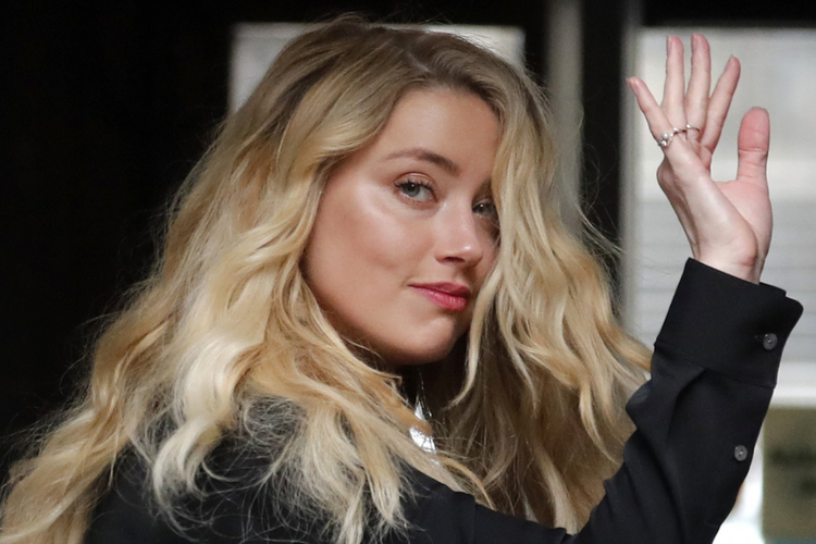 Amber Heard w czarnej sukience idzie na rozprawę z Johnnym Deppem