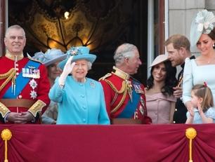 Na zdjęciu pozują członkowie brytyjskiej rodziny królewskiej.
