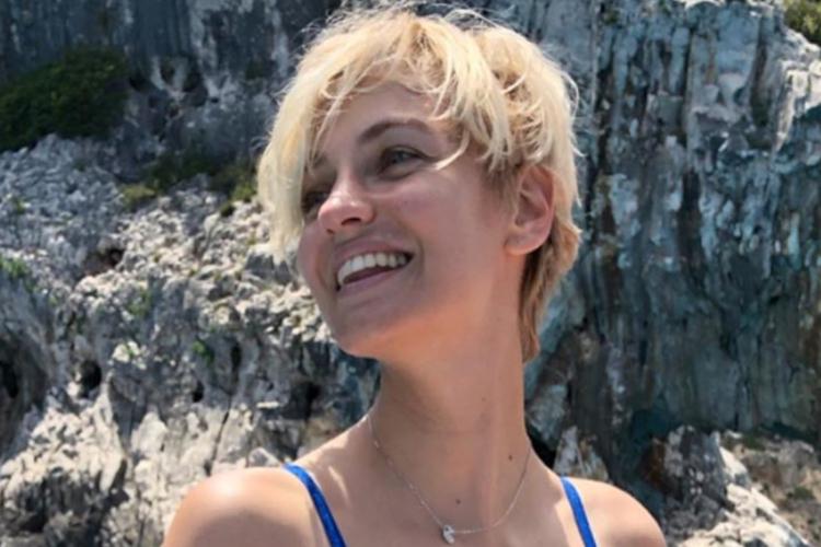 Renata Kaczoruk uśmiechnięta pozuje w kostiumie w Kalifornii