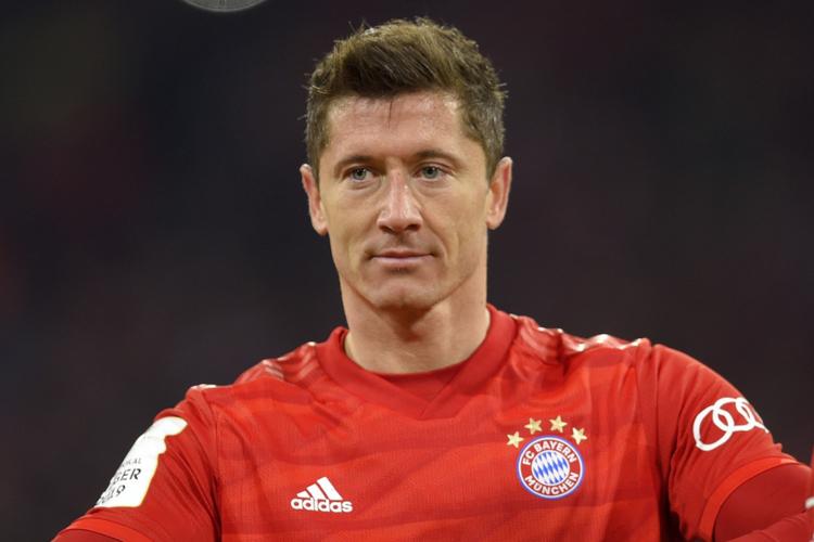 Robert Lewandowski w czerwonej koszulce na boisku podczas meczu Bayernu Monachium