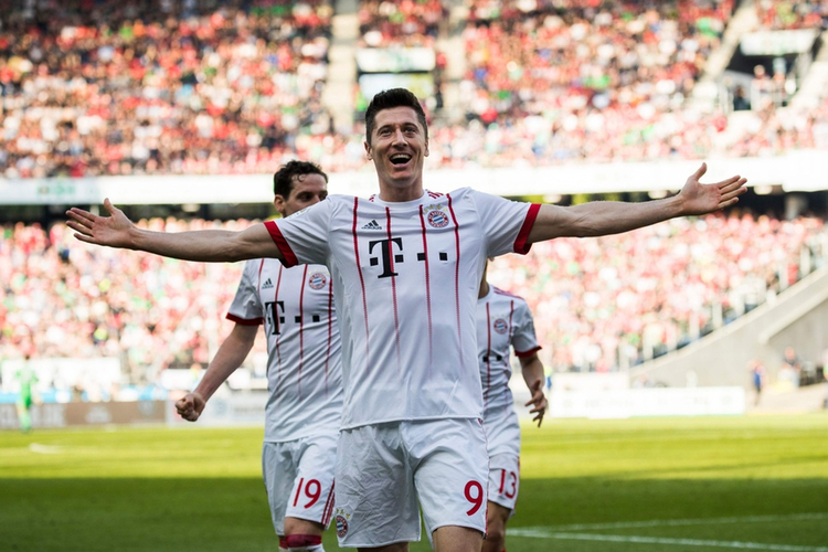 Robert Lewandowski cieszy się z bramki podczas meczu z Bayernem Monachium
