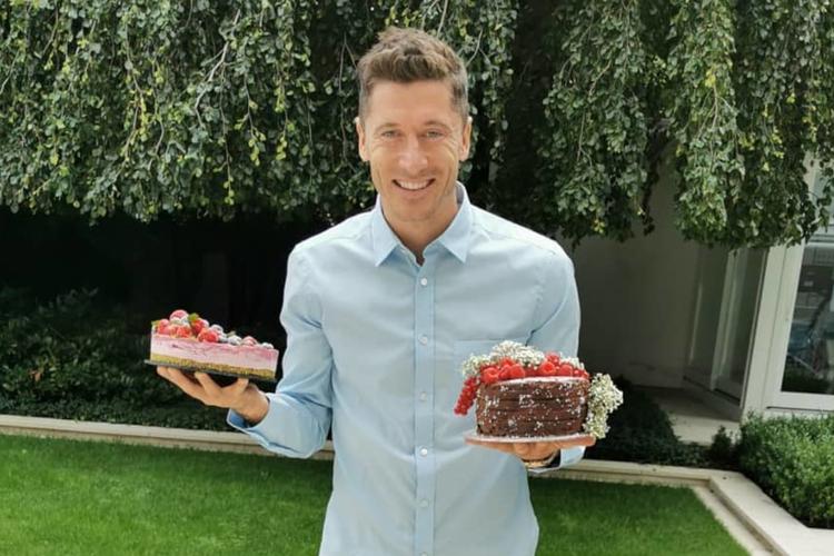 Robert Lewandowski w koszuli z ciastami w rękach w dniu swoich urodzin