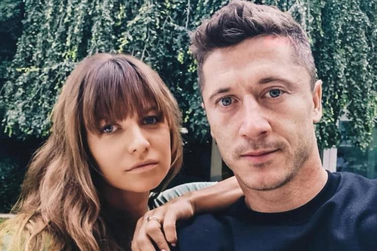 Anna Lewandowska i Robert Lewandowski z powagą pozują do zdjęcia