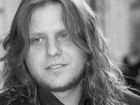 Piotr Woźniak-Starak w marynarce z rozpuszczonymi włosami