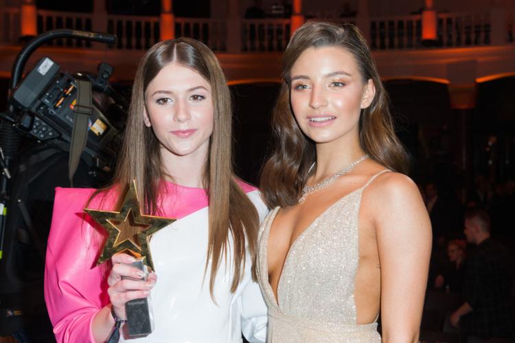 Roksana Węgiel w biało różowym stroju i Julia Wieniawa w srebrnej sukience na gali gwiazda Plejady