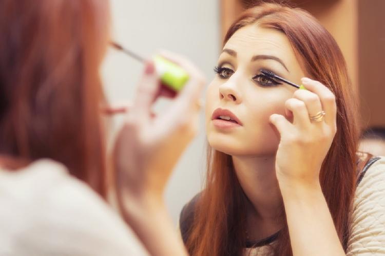 Kobieta robiąca makijaż