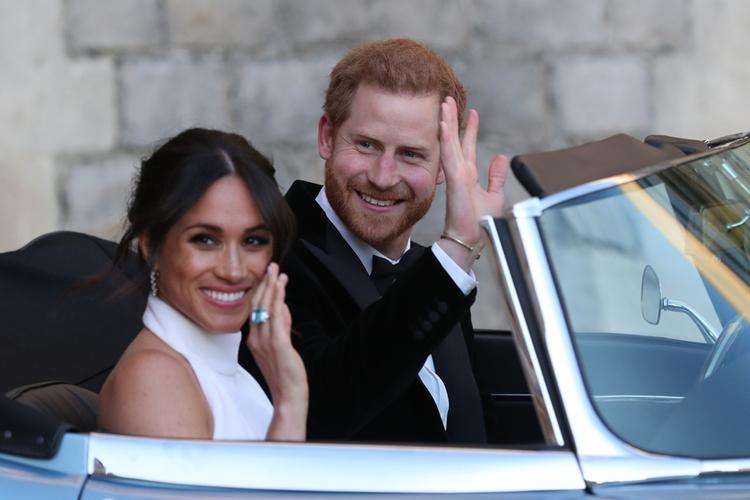 Księżna Meghan i książę Harry po ślubie odjeżdżają spod zamku