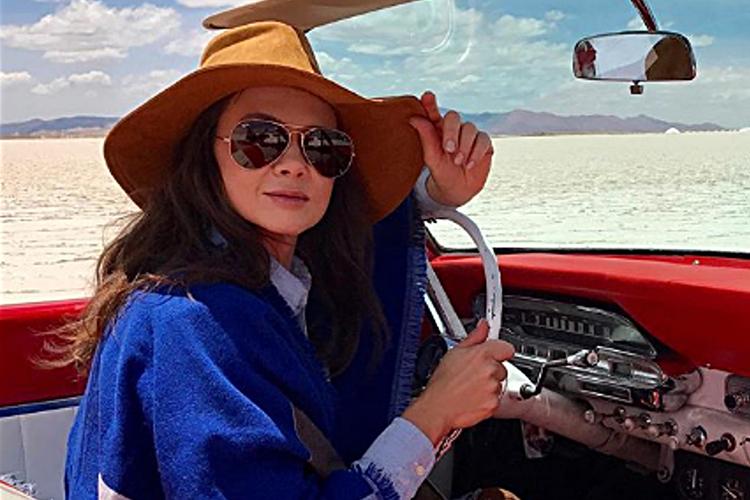 Kinga Rusin w samochodzie na pustyni