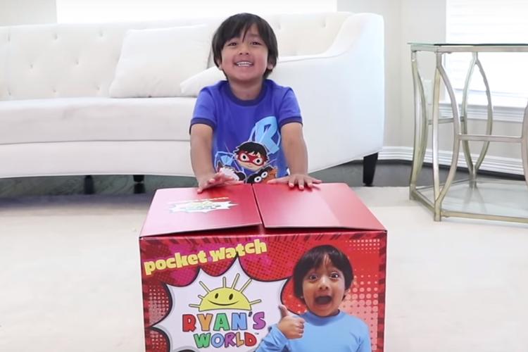 Ryan ToysReview rozpakowuje zabawki w filmiku na YouTube'ie