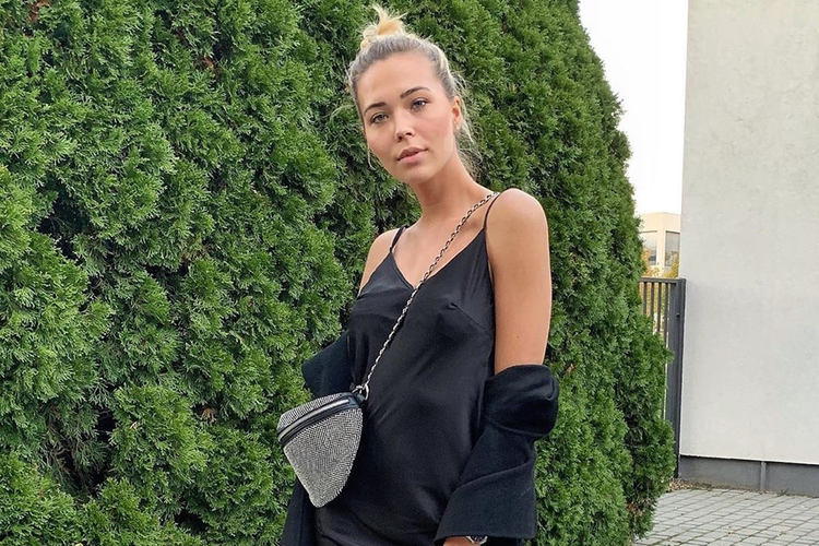 Sandra Kubicka w koczku w czarnej sukience