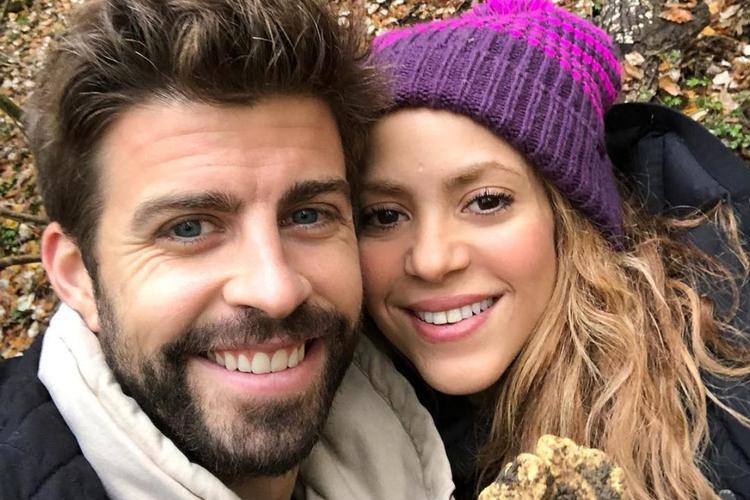 Shakira w czapce i Gerard Pique pozują do zdjęcia z kamieniem