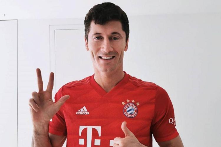 Robert Lewandowski w koszulce Bayernu Monachium cieszy się ze strzelonych trzech goli