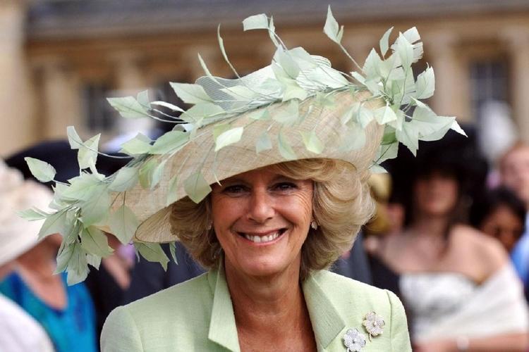 Księżna Camilla w zielonym kapeluszu