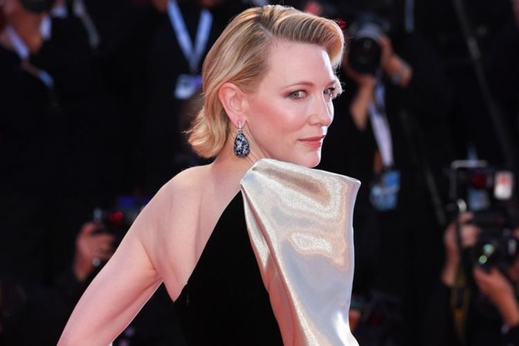 Cate Blanchett w czarnej sukni na czerwonym dywanie na Festiwalu Filmowym w Wenecji