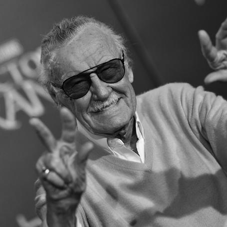 """Stan Lee uśmiechnięty na premierze filmu """"Doktor Strange"""""""