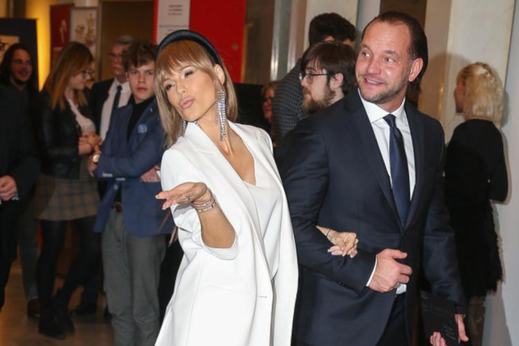 Doda w białym garniturze idzie pod rękę z mężem Emilem Stępniem