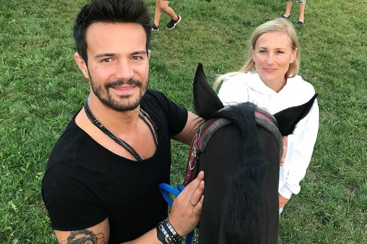 Mikołaj Krawczyk w czarnej bluzce i jeansach i Sylwia Juszczak w białej bluzie na koniach