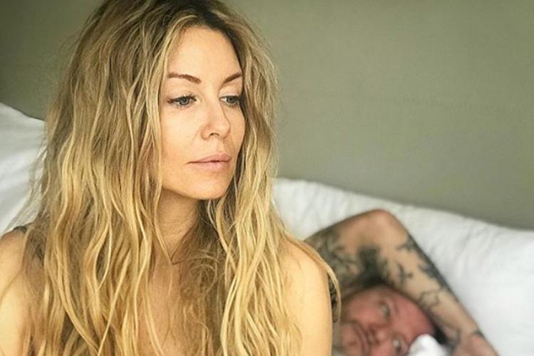 Małgorzata Rozenek-Majdan w sypialni, a za nią leży Radosław Majdan