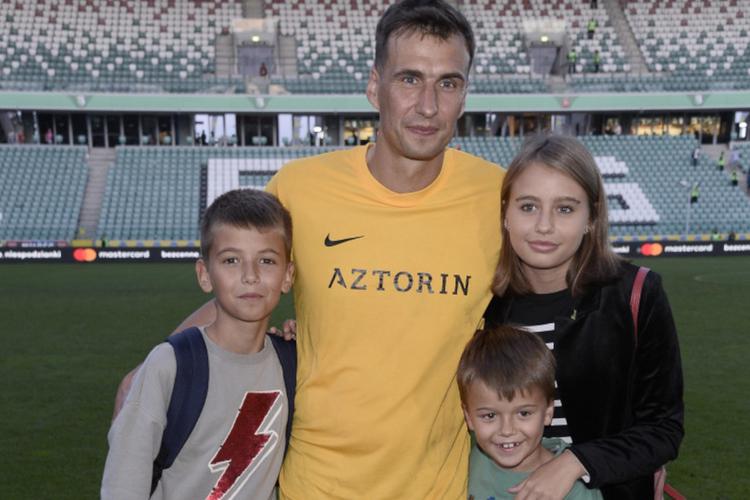 Jarosław Bieniuk na boisku z dziećmi: Szymonem, Oliwią i Jasiem