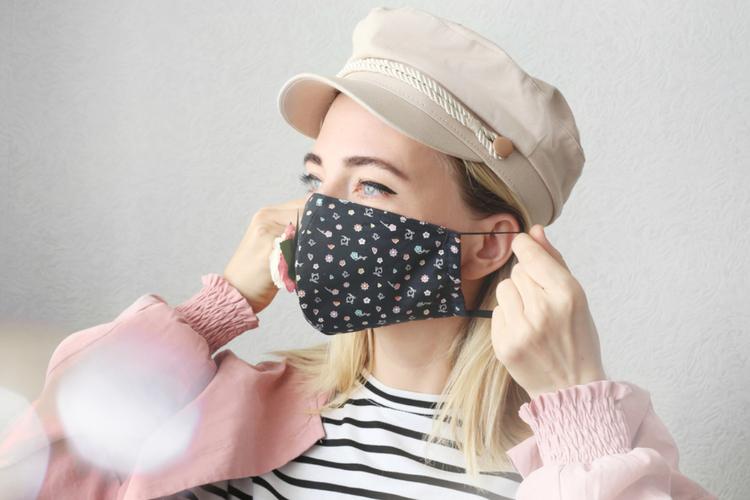 Dziewczyna w masce ochronnej na twarzy