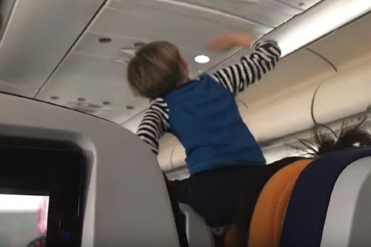 Dziecko płakało przez 8 godzin lotu. Reakcje pasażerów widać na nagraniu