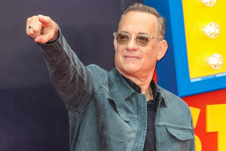 """Tom Hanks w kurtce khaki i okularach na premierze """"Toy Story"""""""