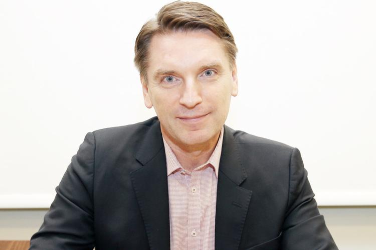 Tomasz Lis w marynarce podpisuje autografy na Targach Książki w Krakowie