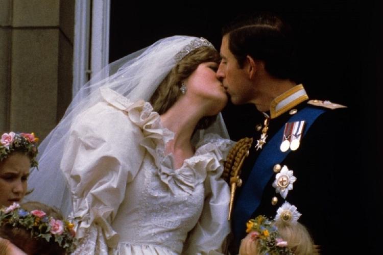 Książę Karol i księżna Diana całują się na balkonie