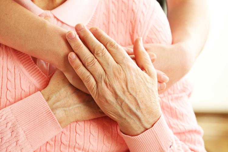 Młoda kobieta przytula swoją babcię