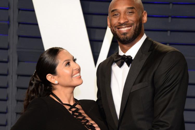 Vanessa Bryant w czarnej sukience w ciąży i Kobe Bryant w smokingu po gali rozdania Oscarów
