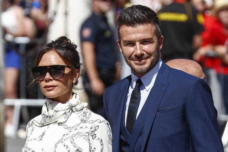 Victoria Beckham w białej sukience i David Beckham w trzyczęściowym garniturze na ślubie Sergio Ramosa