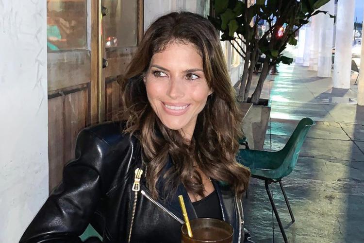 Uśmiechnięta Weronika Rosati w skórzanej ramonesce