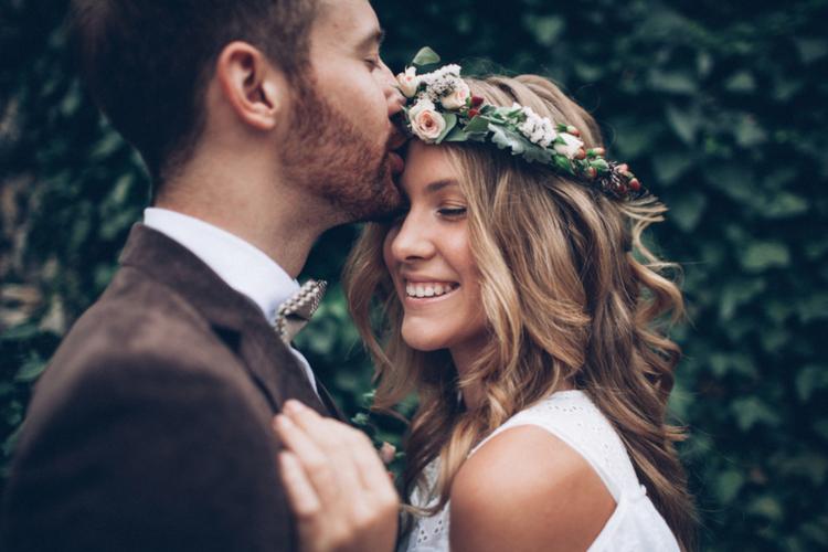 Para młoda uśmiechnięta podczas wesela
